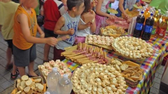Ecco alcuni consigli per risparmiare su una festa a buffet per bambini