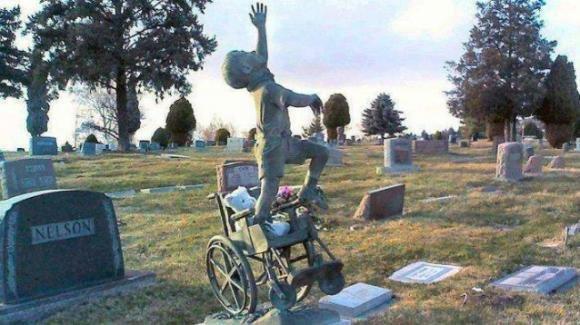 Padre afflitto crea una toccante scultura dedicata al figlio disabile