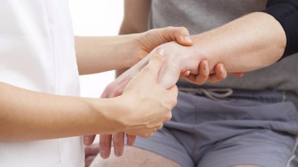 Dolore al polso dopo una caduta: ecco come comportarsi