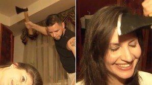 Parrucchiere russo taglia i capelli usando l'accetta