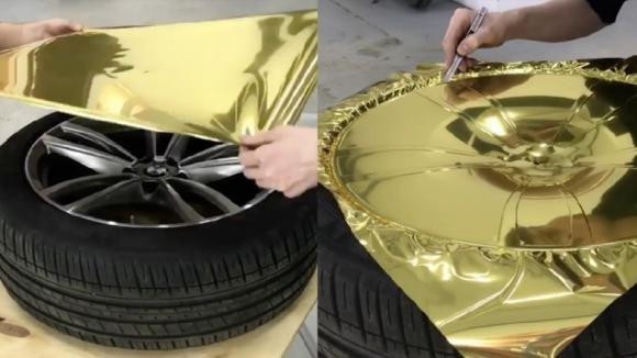 Applica un foglio di carta dorata sui cerchi in lega. Quello che realizza è davvero bellissimo!