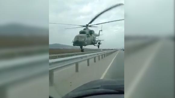 Un elicottero sorvola l'autostrada ad altezza d'uomo. Quello che accade è del tutto inaspettato