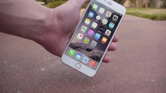 iPhone cade da un'altezza di 400 metri: ritrovato, è senza alcun danno