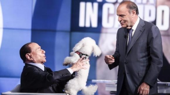"""Berlusconi a """"Porta a Porta"""" con la controfigura indisciplinata di Dudù"""