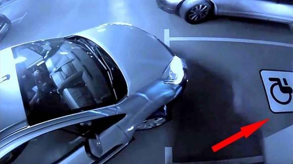 Sta per parcheggiare l'auto nel posto per disabili. Poi vede una figura misteriosa e resta basito!