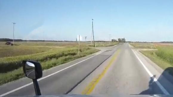 L'auto non rallenta all'incrocio ed è in arrivo un tir. La morte lo sfiora con un dito!