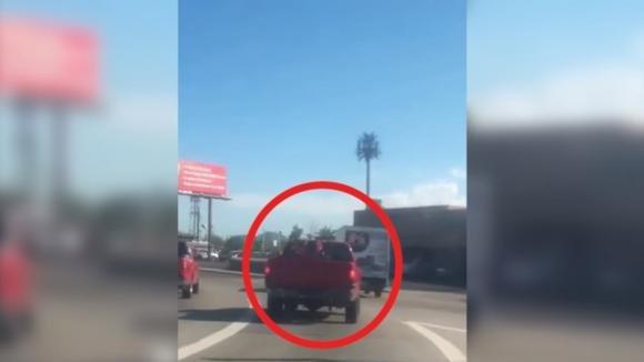 Collega il clacson ai freni dell'auto dell'amico. Quello che accade è davvero esilarante!