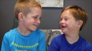 Questo bambino sta insegnando a tutti cosa significhi voler bene ad un fratello