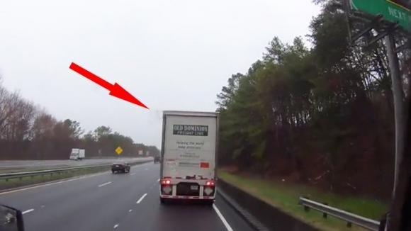 Un tir rallenta all'improvviso causando un incidente da brividi in autostrada