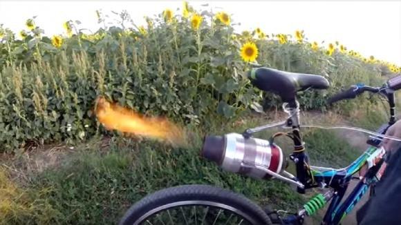 Ingegnere russo installa un motore a reazione su una vecchia bici. Quello che realizza è strepitoso!