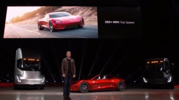 Tesla Motors, presentato l'autoarticolato Tesla Semi, e la sportivissima (402 km/h) Roadster 2