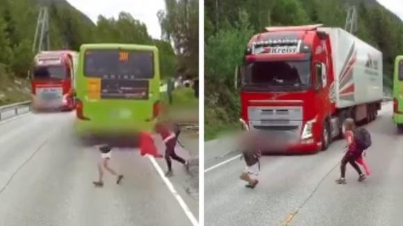Scendono dal bus e non si accorgono dell'arrivo del camion: questi bambini sfuggono alla morte per un pelo