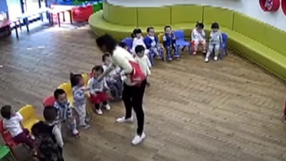 La maestra punisce i bambini in modo tremendo: ecco cosa li obbliga a mangiare