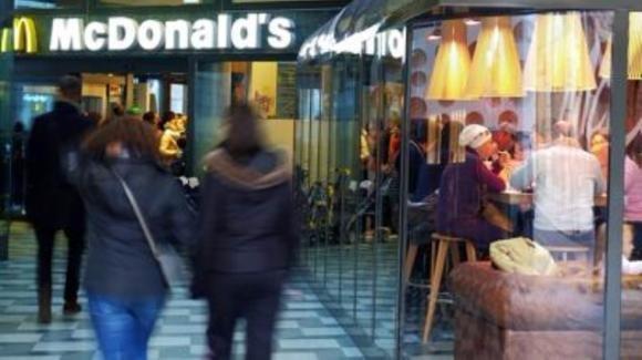 Milano, giovane vigilante McDonald's aggredito ed accoltellato da un gruppo di nordafricani