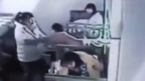 Tira giù il bimbo dal letto in modo terribile: le telecamere incastrano una maestra d'asilo