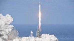 Lanciato nello spazio il super razzo di Space X, con a bordo una Tesla Roadster elettrica