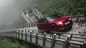 Storica impresa in Cina: la nuova Range Rover Sport P400e ibrida sfida i 999 gradini della Porta Celeste