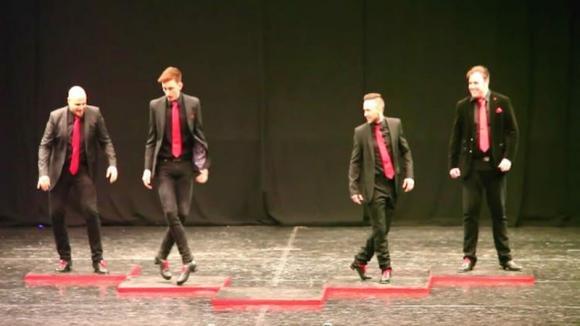 Alcuni ragazzi ballano una danza irlandese: poi entra in scena il quinto ballerino e le cose cambiano
