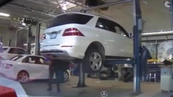 Porta la sua auto in officina: la telecamera a bordo riprende i meccanici e scopre la truffa