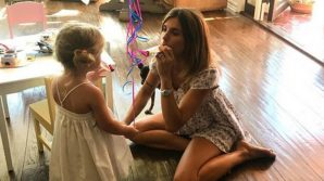 """Le mamme pancine coprono di insulti Elisabetta Canalis: """"Tua figlia ha dei problemi, non sai insegnarle l'educazione"""""""