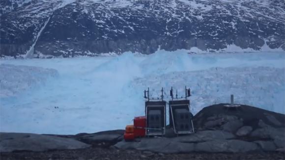 Groenlandia, iceberg grande come 60 campi da calcio si stacca dal ghiacciaio: le immagini catastrofiche