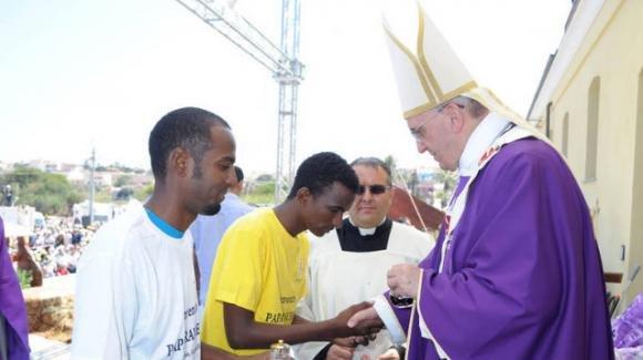 Il Vaticano ospita 20mila immigrati a spese dei contribuenti: la popolarità di Papa Francesco in netto calo