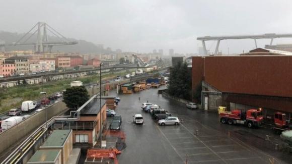 Genova: crolla ponte su Autostrada. Auto sotto le macerie