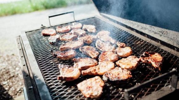 Il fumo del barbecue lo infastidisce, lui uccide il vicino e scappa