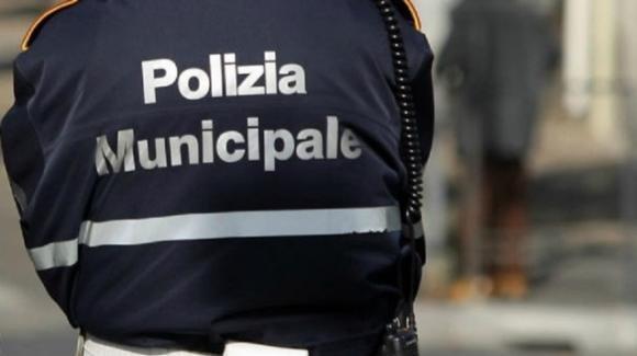 """Napoli, accuse inviate in anonimo contro i vigili urbani. """"Auto di servizio usate come taxi e multe anomale"""""""