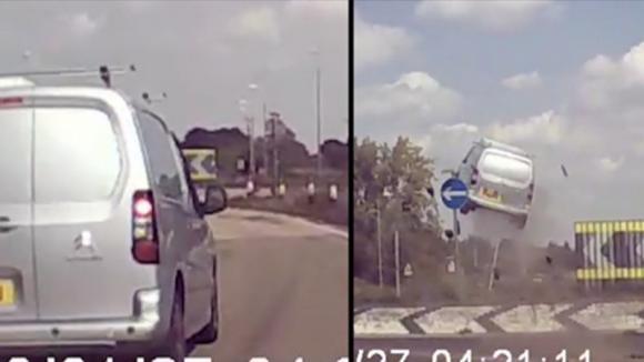 """Furgone colpisce una rotatoria e """"vola"""" in aria: il video ripreso dalla dashcam è terrificante"""