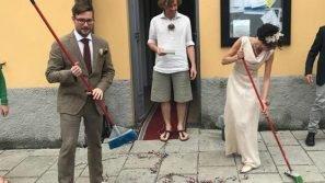 La lezione di civiltà degli sposi tedeschi: puliscono il piazzale dopo la cerimonia