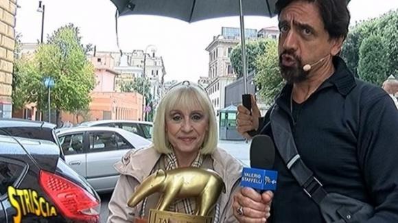 """Striscia la Notizia, Raffaella Carrà attacca: """"Per le istituzioni italiane sono un milite ignoto"""""""