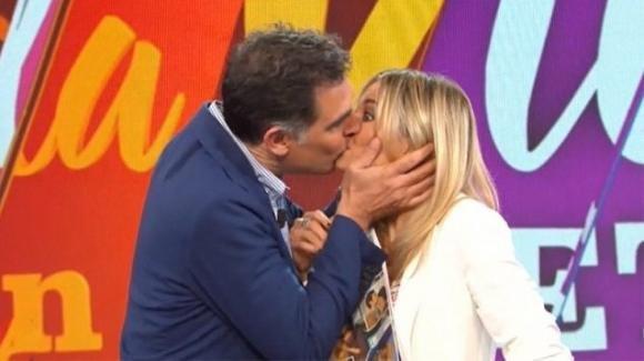 La Vita in Diretta, il bacio sulla labbra tra Tiberio Timperi e Francesca Fialdini: una scena fin troppo realistica