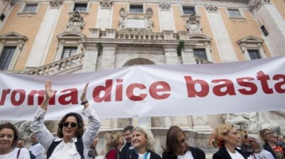 Roma in piazza contro il degrado. Si chiedono le dimissioni della sindaca Raggi