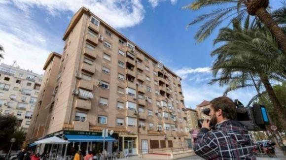Spagna, si lancia dal sesto piano con il figlio tra le braccia