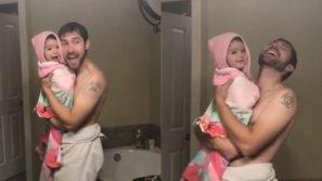 Canta e balla davanti allo specchio con la figlia in accappatoio: il momento padre-figlia conquista tutti