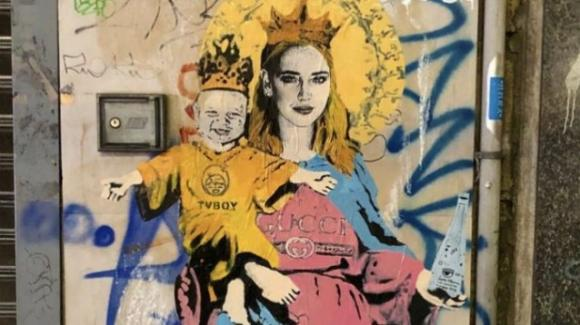 Chiara Ferragni venerata come una Madonna del Rinascimento: spunta il murales religioso con l'acqua benedetta