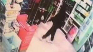 """Milano: 18enne rapina una farmacia, punta la pistola e ride. Aveva scritto su Facebook """"Stimo i rapinatori"""""""