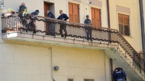 Avellino, uccide l'amante e accoltella la compagna: all'arrivo dei Carabinieri si getta dal balcone