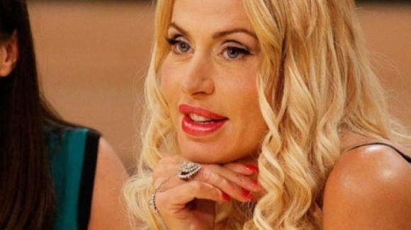 """Uomini e Donne, Valeria Marini felice del suo nuovo ruolo: """"Questa trasmissione mi diverte"""""""