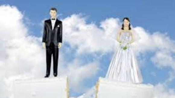 Sposa scopre il tradimento il giorno prima delle nozze, decide di vendicarsi in chiesa