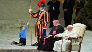 Papa Francesco divertito da un bimbo di tre anni senza regole. Poi rivela una difficoltà del piccolo