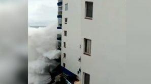 Maltempo a Tenerife, onde giganti sradicano i balconi dai palazzi