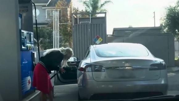 Prova a rifornire la sua auto elettrica alla pompa di benzina, il video più esilarante del 2018