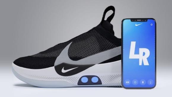 Nike presenta le sue nuove scarpe tecnologiche che si allacciano tramite smartphone