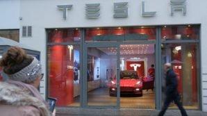 Tesla: addio ai concessionari, vendite solo online