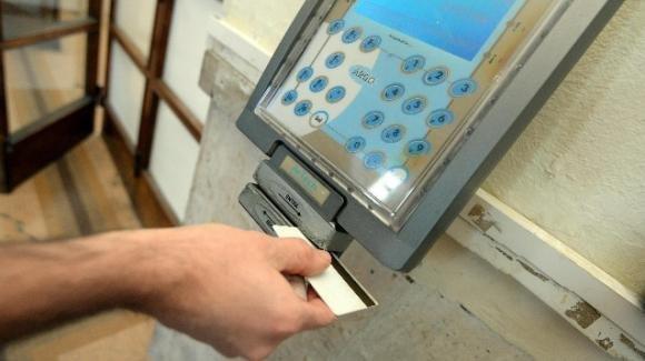 Guerra ai furbetti del cartellino, proposta la sostituzione del badge con le impronte digitali