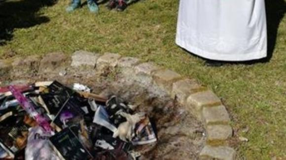 Polonia, preti mettono al rogo i libri di Harry Potter: 'Sono sacrileghi'