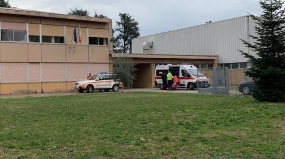 Varese, bambino di 7 anni precipita dalla finestra a scuola: fratturato un braccio