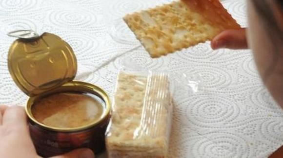 Verona: danno solo crackers e tonno alla bimba i cui genitori non possono pagare la mensa